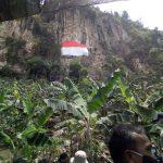 Pengibaran bendera raksasa di Tebing idah Jeger